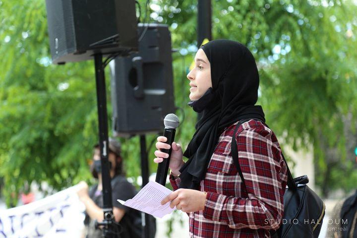 Marwa Khanafer prend la parole lors d'une manifestation à Montréal pour souligner le premier anniversaire de l'adoption de la loi 21 sur la laïcité de l'État.