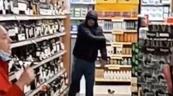 Gli chiedono di indossare la mascherina nel supermercato lui si rifiuta e distrugge tutto