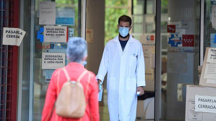 Un sanitario en el centro de salud Federica Montseny en el distrito de Puente de Vallecas en Madrid.