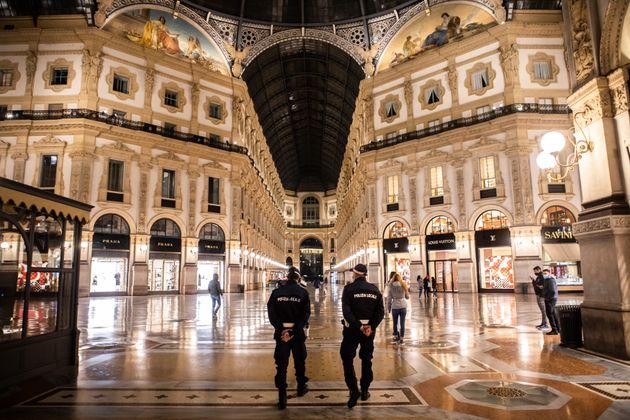 21/10/2020 Milano, La polizia in Galleria Vittorio Emenaule II, poco prima che i locali chiudano nel...