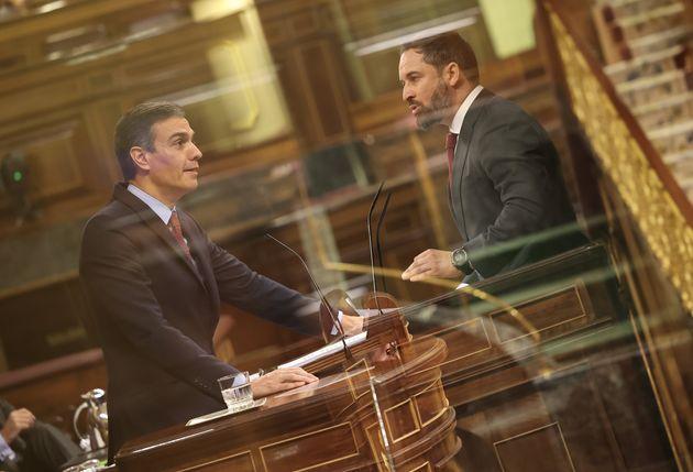 El presidente, Pedro Sánchez, y el líder de Vox, Santiago Abascal, durante la moción...