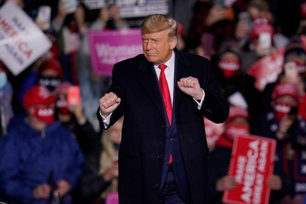 도널드 트럼프 대통령이 유세 도중 'YMCA' 노래에 맞춰 춤을 추고 있다. 이리, 펜실베이니아주. 2020년