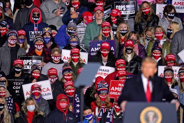 지지자들이 도널드 트럼프 대통령의 연설을 듣고 있다. 이리, 펜실베이니아주. 2020년