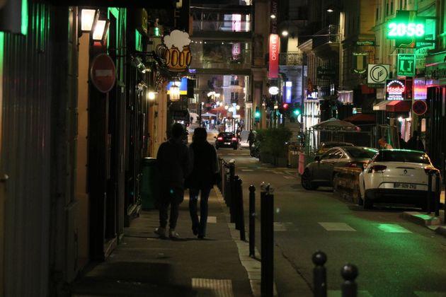 Une rue de Paris alors que des riverains regagnent leur domicile avant le début du couvre-feu,...