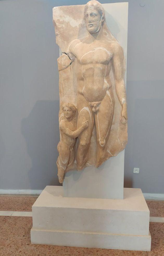 Η μαρμάρινη επιτύμβια στήλη που βρέθηκε στο Ξώμπουργο στην έκθεση του Αρχαιολογικού Μουσείου της
