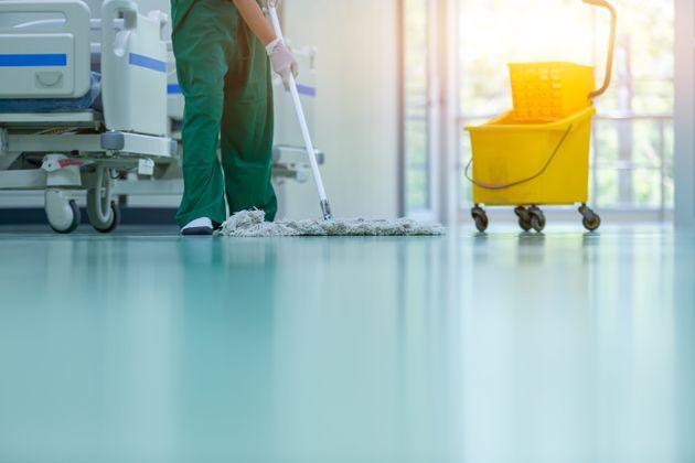 Trabajo de limpiadora en el hospital donde ingresó Trump y su tratamiento no tuvo nada que ver con el