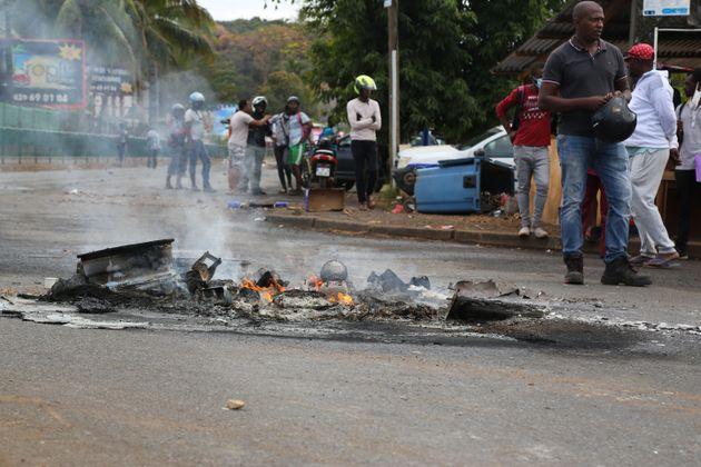L'insécurité et la délinquance sont plus élevées à Mayotte que dans l'Hexagone. Le bilan 2019 dressé par le service statistique ministériel de la sécurité intérieure (SSMSI) l'atteste.Photo: Ordures brûlées sur une route alors que des étudiants manifestent pour protester contre l'absence de certains des bus qui les emmènent à leurs écoles secondaires, à Mamoudzou, Mayotte, le 2 septembre 2020. - Les étudiants dénoncent une grève des transporteurs scolaires, qui a débuté le 18 août, et qui perturbe fortement l'ensemble du réseau, les empêchant de se rendre en classe, ou les obligeant à se lever très tôt pour tenter de profiter d'un des rares bus qui circulent.