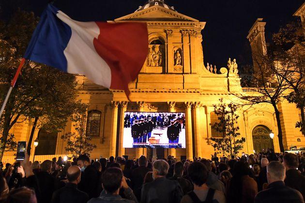 Un drapeau républicain devant la Sorbonne, le 21 octobre, lors de l'hommage national à Samuel Paty, assassiné...