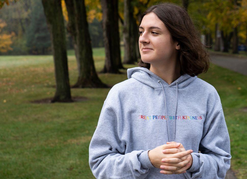 10월 22일, 3학년인 이자벨라 두가스가 세인트메리 대학교에서 초상화를 위해 포즈를 취하고