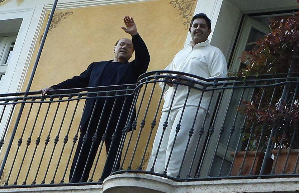 Silvio Berlusconi e Giovanni Toti sul balcone della spa 'La maison de relax' di Gardone Riviera (Brescia),...