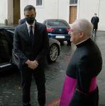 El llamativo detalle de la primera imagen de Sánchez en el Vaticano: mira bien la