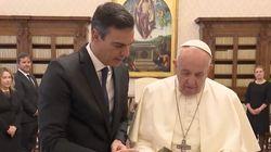 El papa recibe a Sánchez en el Vaticano y tiene con él un gesto poco