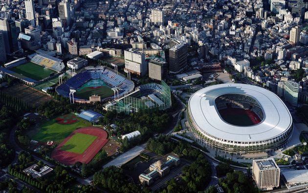 国立競技場(右)と周辺の球技場。すぐ近くに神宮球場や秩父宮ラグビー場がある。