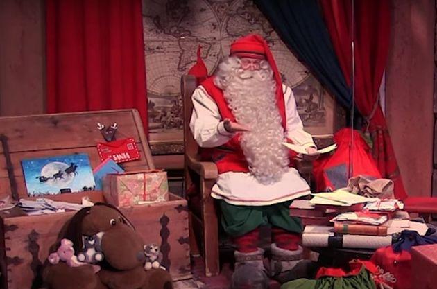 サンタクロースが子どもたちに語りかける。
