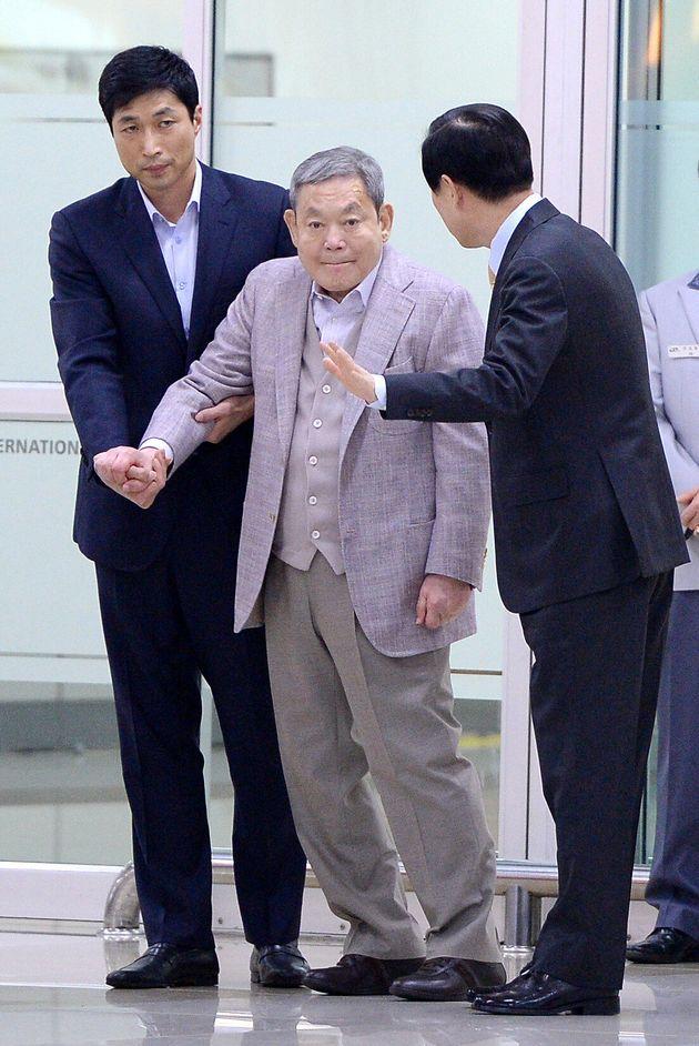 이건희 삼성그룹 회장이 2014년 4월 17일 오후 전용기편으로 김포공항을 통해 입국하고