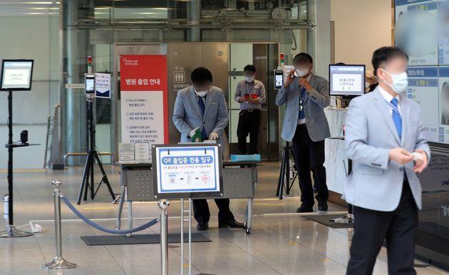 이건희 삼성그룹 회장이 별세한 25일 오전 서울 강남구 삼성서울 병원 장례식장에서 관계자들이 분주히 업무를 보고