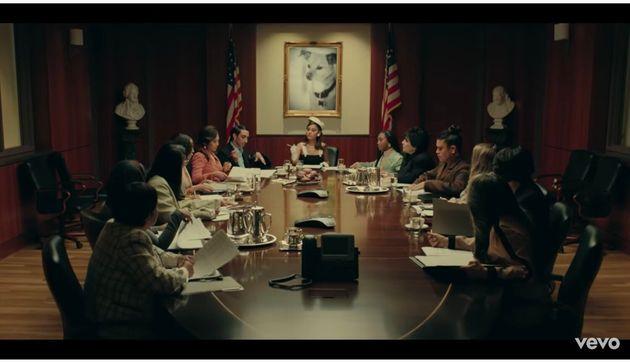 女性が発言するシーンもアップで映し出される。