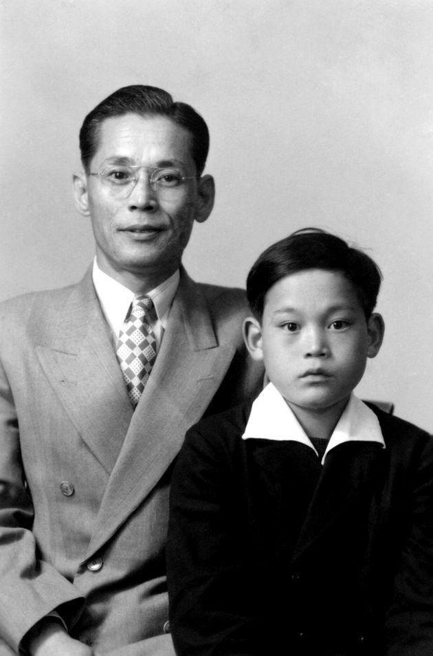 부친인 이병철 삼성창업주와 기념 촬영한 이건희 회장
