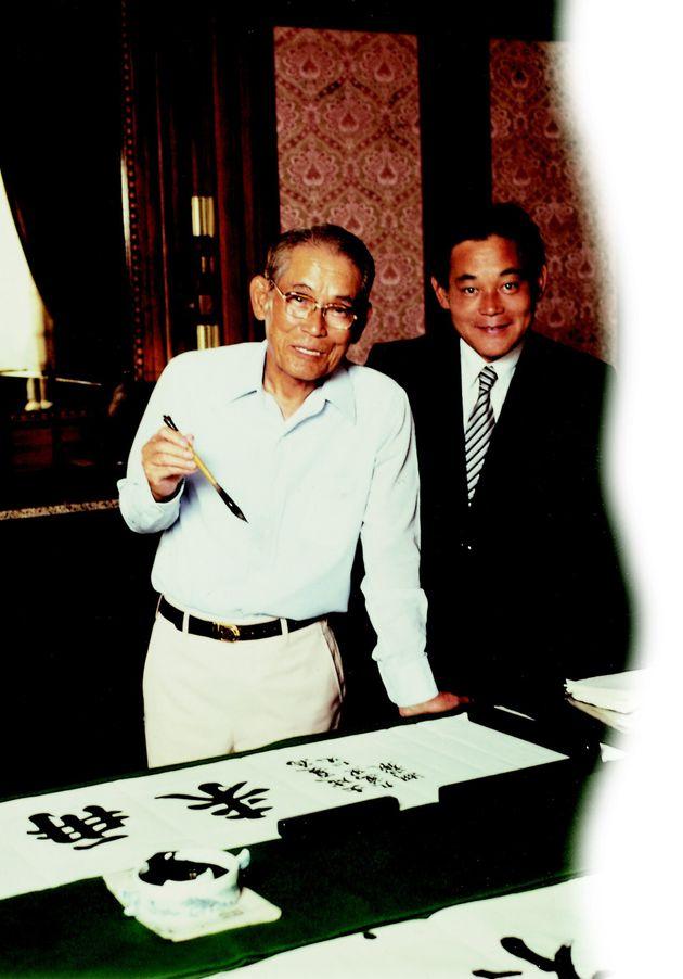 1980년 고(故) 이병철 선대 회장(왼쪽)과 함께 있는 이건희 삼성전자
