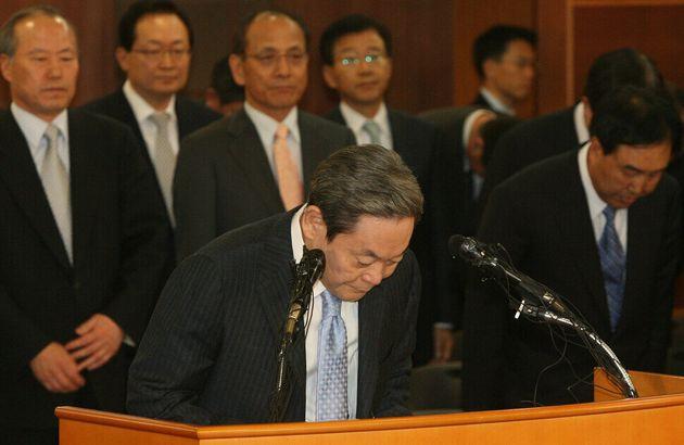 이건희 회장이 2008년 4월22일 서울 태평로 삼성 본관에서 퇴진 성명을 발표하면서 고개를 숙이고 있다. 뒤에 서 있는 이들은 삼성 계열사