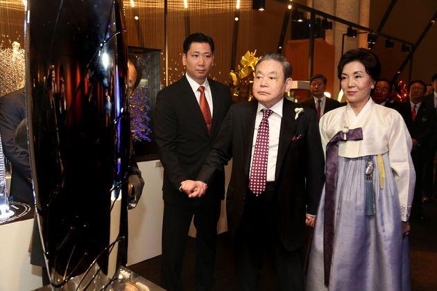 2013년 10월 28일 서울 장충동 신라호텔에서 열린 '삼성 신경영 20주년 선포' 기념 만찬에서 부인 홍라희 리움미술관장과 함께 행사장을 나서고