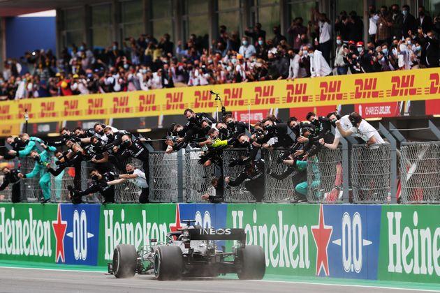 Lewis Hamilton franchissant la ligne d'arrivée du Grand Prix du Portugal, le 25 octobre
