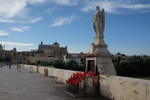 Estatua de San Rafael en el puente romano de