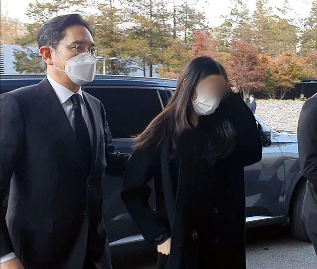 이재용 삼성전자 부회장이 자녀와 함께 25일 오후 故 이건희 삼성그룹 회장 빈소가 마련된 서울 삼성병원 장례식장에 들어서고