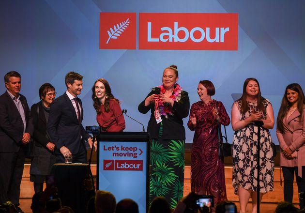 開票結果を祝うアーダーン首相(左から4番目)ら労働党の議員たち