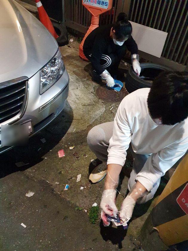 24일 오후 광주 북구 전남대학교 앞 한 골목길에서 쓰레기 줍기 모임 '수줍이' 학생들이 청소하고