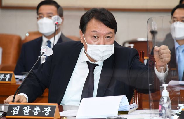 윤석열 검찰총장이 대검찰청 국정감사에서 출석해 의원 질의에 답변하고