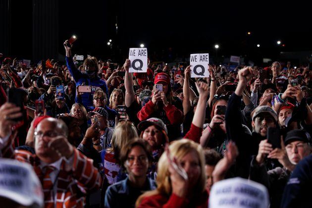 ペンシルバニア州で開かれたトランプ大統領の選挙集会で、Qアノンのサインを掲げる人たち(2020年9月22日)