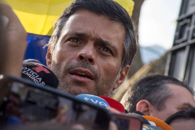 Leopoldo López, en mayo de 2019, en la puerta de la embajada española en