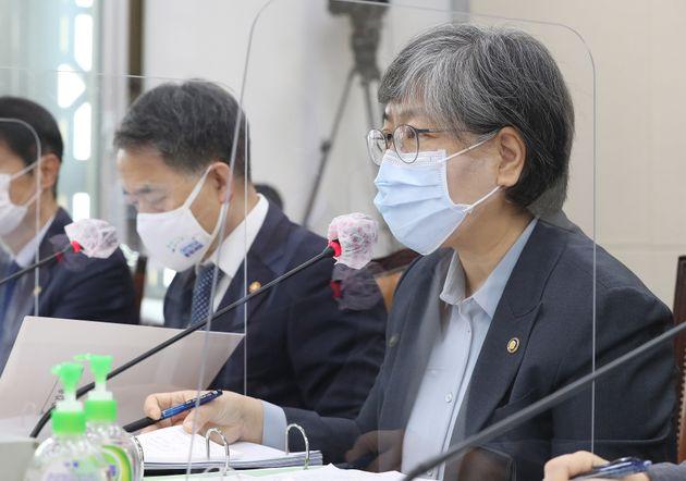 정은경 질병관리청장이 22일 서울 여의도 국회에서 열린 보건복지위원회의 보건복지부, 질병관리청 등에 대한 종합국정감사에 출석해 의원 질의에 답하고