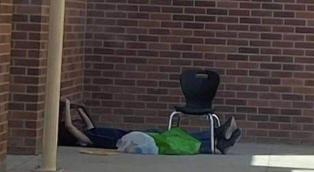 Le jeune garçon de 9 ans pris en photo devant son école du Nouveau-Mexique pour utiliser...