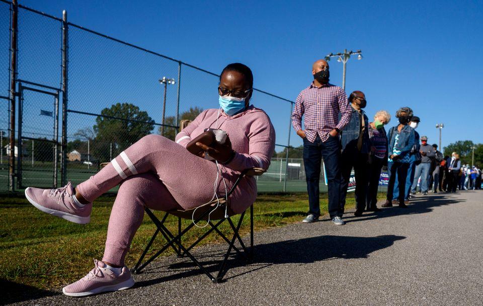 조기투표소 앞에서 차례를 기다리는 유권자들. 채터누가, 테네시주. 2020년