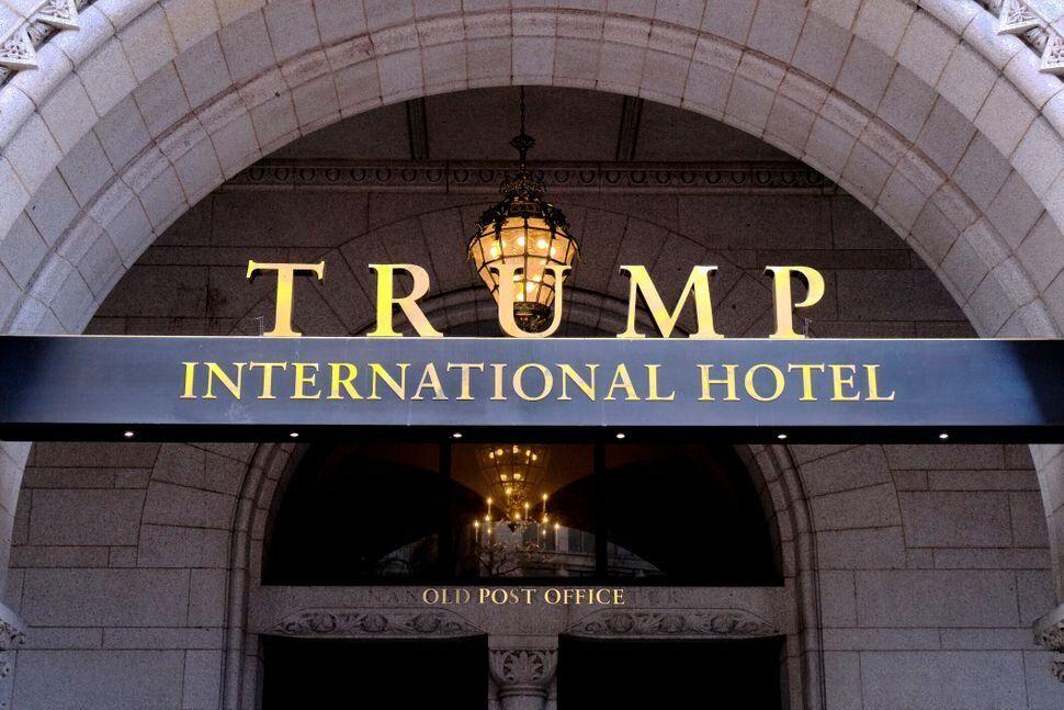 Trump ha seguido promocionando y visitando sus propiedades, utilizándolas para su propia campaña...