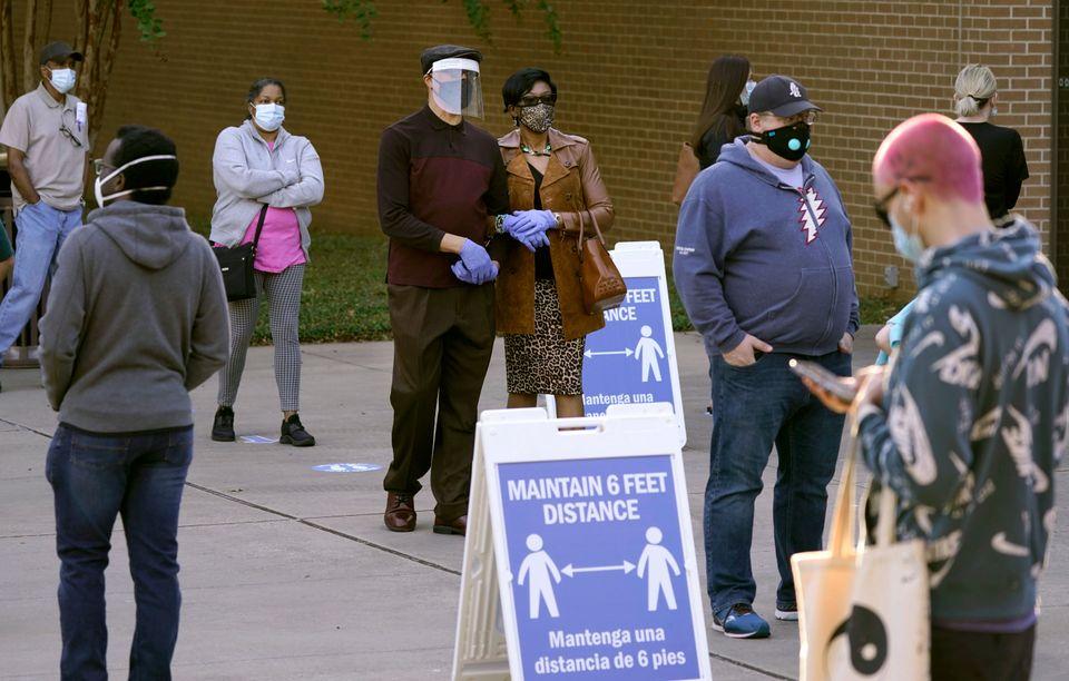 조기투표 투표소 앞에서 차례를 기다리는 유권자들. 리처드슨, 텍사스주. 2020년