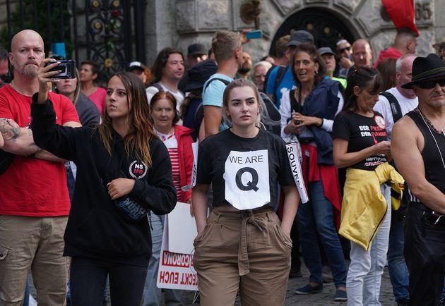 ドイツ・ベルリンで、QアノンのTシャツを着て政府の新型コロナウイルス対策に抗議する極右団体支持者(2020年8月29日撮影)
