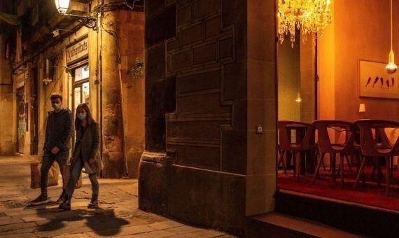 Dos personas pasean por Barcelona de