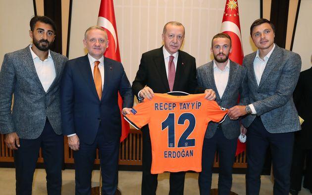 Recep Tayyip Erdogan et le patron du Basaksehir, Goksel Gumusdag, posent au palais présidentiel...