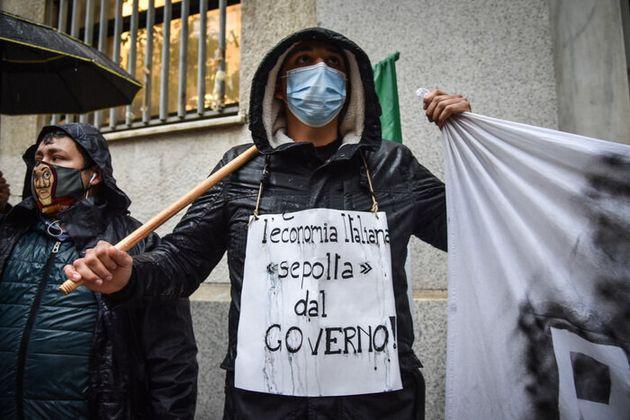 Presidio dei ristoratori contro il decreto governativo di chiusura alle 18 davanti a Palazzo Isimbardi...