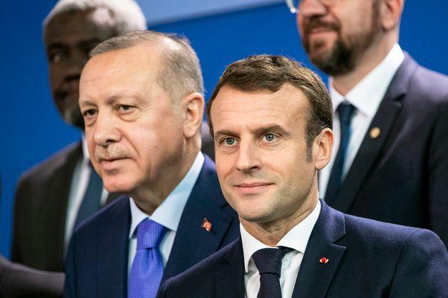 Macron dichiara guerra al terrorismo islamista, Erdogan ordina il boicottaggio dei prodotti
