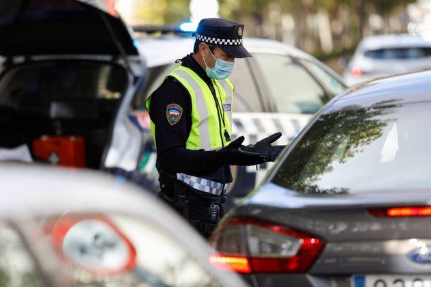 Control policial en Granada por la restricción de movilidad decretada por el