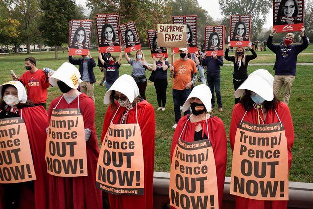 Manifestantes vestidas com roupa inspirada em