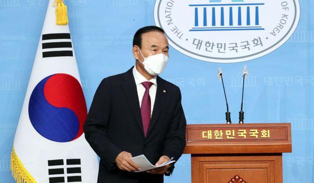 박덕흠 국민의힘 의원이 23일 오후 서울 여의도 국회 소통관에서 탈당을 밝히는 기자회견을 하고 있다.