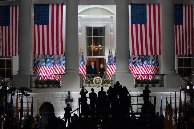 도널드 트럼프 미국 대통령이 상원 인준 표결 끝에 정식으로 연방대법관이 된 에이미 코니 배럿과 함께 백악관에서 기념 행사를 치르고 있다. 2020년