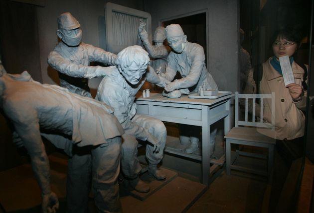 한 중국 유학생이 중국 동북부 헤이룽장성 수도 하얼빈의 한 박물관에서 중국인을 상대로 생체실험을 벌이고 있는 일본 군의관들을 묘사한 조형물을 보고