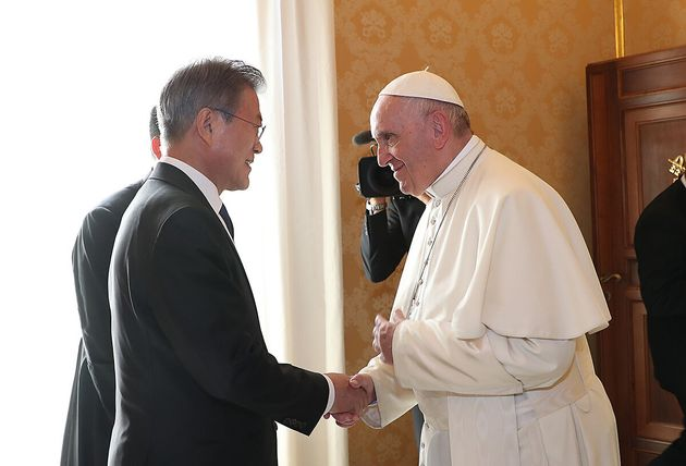 문재인 대통령이 지난 2018년10월18일 오후(현지시간) 바티칸 교황청을 방문해 프란치스코 교황과 대화하고