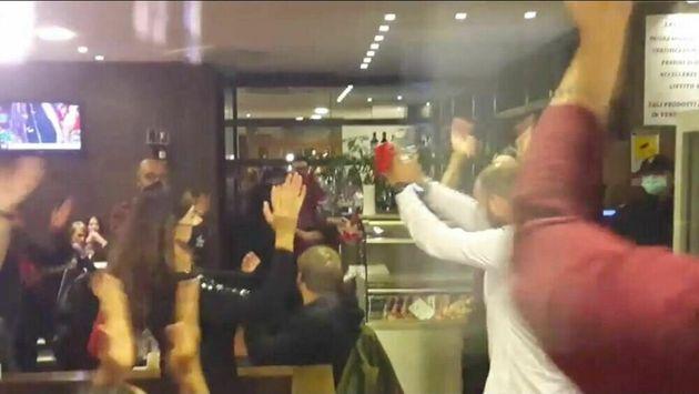 """In 90 a cena al ristorante per protesta contro il dpcm: """"Non chiuderò mai"""". Irrompe la polizia"""